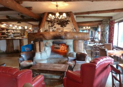 Red leather, stone, plenty of wood... we can't help but love this very rustic design in a restaurant.
